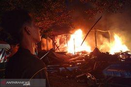 Puluhan kios pedagang Pasar Minggu hangus terbakar