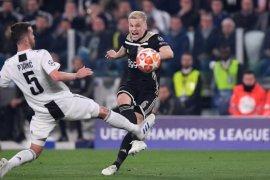 Barcelona dan Madrid bersaing dapatkan Van de Beek