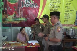 Petugas gabungan menutup rumah makan buka siang hari di Sukabumi