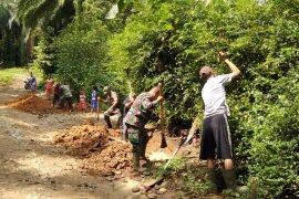 Cegah banjir, Babinsa Koramil 19/BP bantu warga buat saluran drainase