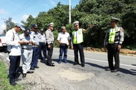 Police watch out prone to landslides road on South-East Kalimantan border