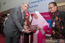Qatar Charity bagikan 150 Al Quran digital braille