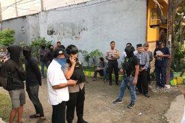 Densus 88 temukan materi bom berdaya ledak tinggi  saat penangkapan terduga teroris di Jakarta dan Bekasi