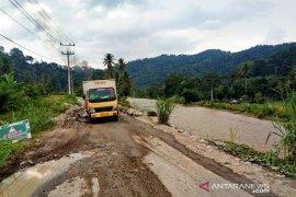 Jalan lintas Sumatera banyak yang rusak