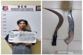 Polsek Banjarmasin Barat amankan warga mengamuk bawa senjata tajam