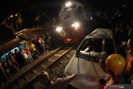 KA Jayabaya tabrak  mobil tujuh meninggal