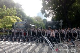 Massa aksi protes damai terus berdatangan di depan Gedung Bawaslu RI