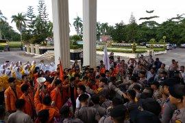 Kenang KPPS gugur mahasiswa Jambi tabur bunga di gedung DPRD