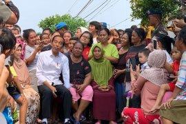 Capres 01 bercengkrama dengan warga Kampung Deret saat umumkan kemenangan