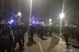 Massa kini terkonsentrasi di Jalan Wahid Hasyim arah Sabang