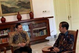 AHY kenakan batik kuning emas temui Jokowi di Istana Bogor