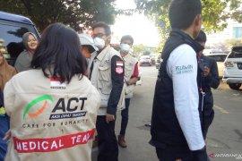 Dua korban peluru karet dibawa tim medis ACT ke RS
