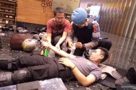 Dua anggota polisi alami cedera korban lemparan massa di Slipi