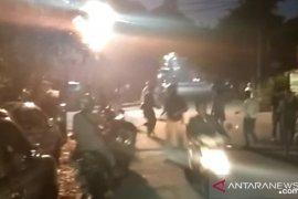 Setelah kericuhan, massa berkonsentrasi di sekitar Asrama Brimob Petamburan
