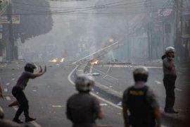 Bentrokan polisi dengan pengunjuk rasa