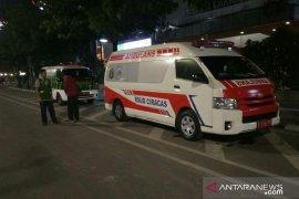 Petugas medis tetap siaga di  Kantor Badan Pengawas Pemilu