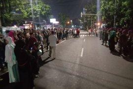 Massa pendukung Prabowo-Sandi berkumpul di Gedung MK