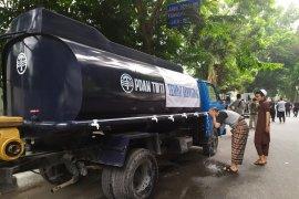 Polisi sediakan mobil tangki air untuk wudhu untuk massa aksi di DPRD Sumut