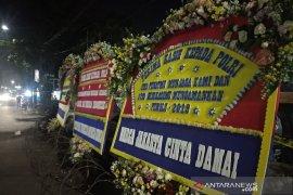 Karangan bunga sebagai dukungan berdatangan ke Asrama Brimob