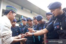 Mahasiswa tebar tasbih kepada petugas Brimob di Bawaslu RI