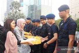 Mahasiswa dan Pemuda Relawan Cinta NKRI bagikan takjil ke polisi di Jalan Thamrin