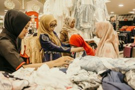 Istri Gubernur ajak puluhan anak yatim belanja di mall