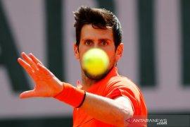 Hujan hentikan semifinal Djokovic vs Thiem