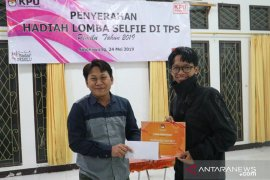 KPU Singkawang beri hadiah pemenang lomba selfie di TPS