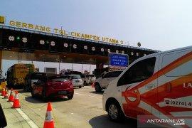 Arus lalu lintas di jalan tol Jakarta-Cikampek mulai ramai