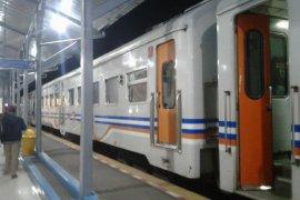 Penumpang kereta api kecewa karena tertahan di Stasiun Tasikmalaya