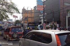 Kendaraan luar kota padati jalan protokol di Sukabumi