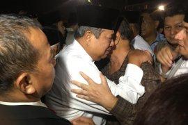 Berbaju putih, SBY menangis saat tiba di  Halim