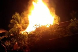 Api ludeskan sejumlah kafe di seputaran Tugu BI Sintang