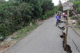 Bencana alam menggegerkan HST, Jalan desa Hapingin tiba-tiba terbelah