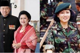 Warga kibarkan bendera setengah tiang kenang Ani Yudhoyono