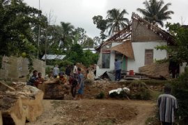 Pohon tumbang di Blitar timpa dua rumah