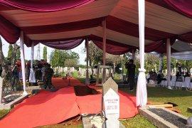 Makam Ani Yudhoyono berhadapan dengan Ainun Habibie