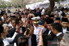Usai pemakaman Ani Yudhoyono, warga berebut salaman dengan SBY