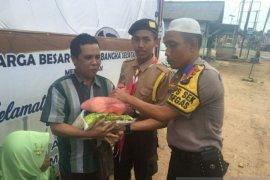 Personel Pospam Bencah berbagi kasih dengan kaum dhuafa