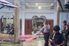 TNI/polri -pemuda gereja amankan shalat  Idul Fitri