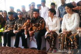 Ziarah ke makam Ibu Ani, SBY pakai batik berwarna hitam