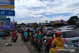 jalan poros Makassar- Maros macet akibat aktivitas Lebaran