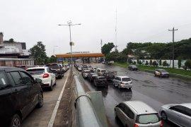 Kemacetan di pintu gerbang tol Tebing Tinggi akibat 'bottleneck'