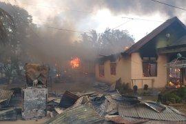 Ketersinggungan saat konvoi takbir berujung pembakaran 87 rumah di Buton