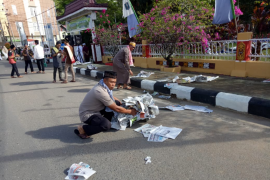 Usai shalat Idul Fitri, Kapolres Sanggau pungut sampah koran