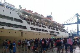Ribuan calon penumpang KM Sinabung padati Pelabuhan Ternate