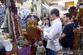 Presiden dan keluarga beli batik di Beringharjo Yogyakarta