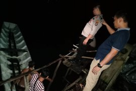 Perahu angkut wisatawan Pulau Lengkuas terbalik, satu tewas