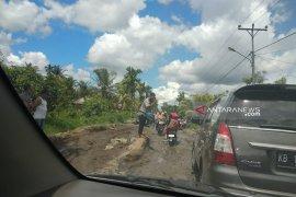 Jalan rusak hambat arus balik Lebaran warga di Kecamatan Teluk Keramat-Paloh