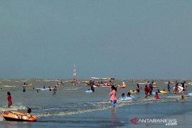 Wisatawan padati objek wisata Pantai Samudera Baru Karawang